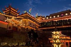 Tempiale illuminato in su per il nuovo anno cinese Fotografie Stock