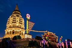 Tempiale illuminato in su per il nuovo anno cinese Fotografia Stock