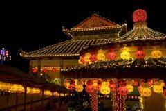 Tempiale illuminato in su per il nuovo anno cinese Immagine Stock