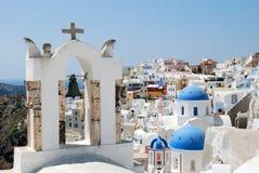Tempiale ortodosso nella città di Oia Santorini Immagine Stock Libera da Diritti