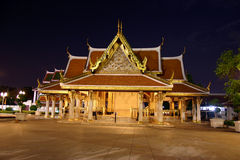 Tempiale tailandese entro la notte Fotografie Stock