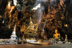 Tempiale in una caverna, Khao Luang fotografia stock libera da diritti