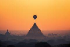 Tempie in Bagan con la mongolfiera per traval sull'aumento del sole e Fotografie Stock Libere da Diritti