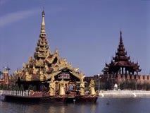 Tempie buddisti magnifiche sull'acqua, mandale, Myanmar Fotografia Stock