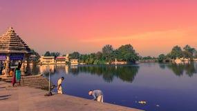 Tempie con il lago Immagini Stock Libere da Diritti