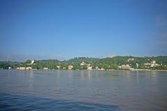Tempie dal fiume di Irrawaddy immagini stock libere da diritti