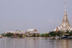 Tempio accanto al fiume Fotografie Stock