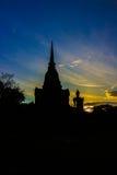 Tempio antico della Tailandia con il monaco Fotografia Stock
