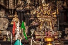 Tempio asiatico con l'altare dorato e candele brucianti nella cultura asiatica Fotografia Stock
