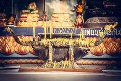 Tempio asiatico con l'altare e candele brucianti nella cultura asiatica nel retro stile d'annata Fotografia Stock
