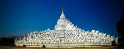 Tempio bianco della pagoda di Hsinbyume aka in Mingun, Myanmar fotografie stock