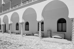 Tempio in bianco e nero di stile arabo nel pomeriggio sotto il sole scottante fotografia stock