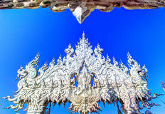 Tempio bianco pubblico con il chiaro fondo del cielo Immagini Stock