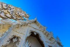 Tempio bianco pubblico con il chiaro fondo del cielo Fotografie Stock Libere da Diritti
