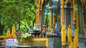Tempio Buddha sotto gli alberi Buddismo in Asia Candele e fiori posto di culto religioso dei credenti video d archivio