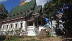 Tempio buddista antico Wat Ming Muang Chiang Rai thailand stock footage