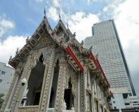 Tempio buddista e costruzione alta del condominio a Bangkok Fotografia Stock