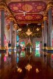 tempio buddista tradizionale con un Buddha sull'altare Immagine Stock Libera da Diritti