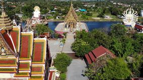 Tempio buddista vicino al lago Vista superiore del fuco dei tetti e delle statue del tempio buddista meraviglioso situato vicino  video d archivio