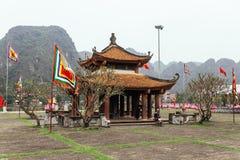 Tempio cinese sulla terra vicino a Trang un complesso del paesaggio con la montagna nei precedenti di estate in Ninh Binh, Vietna immagini stock libere da diritti