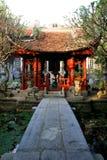 Tempio cinese vicino allo stagno Fotografia Stock Libera da Diritti
