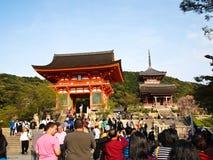 Tempio con i viaggiatori, Kyoto, Giappone di Kiyomizu Fotografia Stock Libera da Diritti