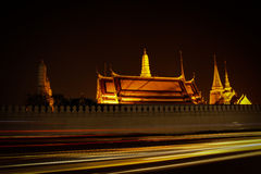 Tempio crepuscolare di Emerald Buddha Wat Phra Kaew di Bangkok Immagine Stock