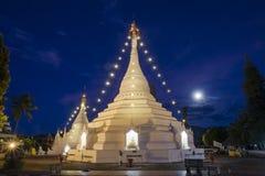 Tempio crepuscolare di Wat Phra That Doi Kong MU del cielo in Mae Hong Son Immagine Stock