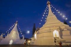 Tempio crepuscolare di Wat Phra That Doi Kong MU del cielo in Mae Hong Son Fotografie Stock