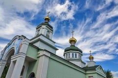 Tempio cristiano e cupole dorate contro il cielo con le nuvole Fotografie Stock Libere da Diritti
