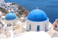 Tempio cristiano nel villaggio Oya sulla costa dell'isola Santorini Fotografie Stock Libere da Diritti