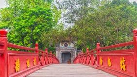Tempio del figlio di Ngoc, il ponte di Huc il centenario Immagine Stock Libera da Diritti