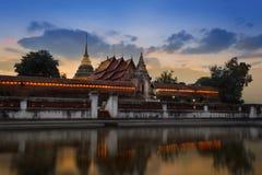 Tempio del loung del lampang del tad di pra di Wat con la riflessione. Fotografia Stock