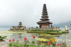 Tempio dell'acqua nel lago Bratan Immagini Stock Libere da Diritti