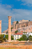 Tempio dell'olimpionico Zeus e dell'acropoli con il Partenone Immagini Stock