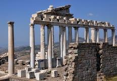Tempio della città del greco antico di Traiano, di Pergamon o di Pergamum in Aeolis, ora vicino a Bergama, la Turchia Immagine Stock