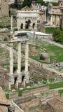 Tempio della macchina per colata continua & di Pollux a Roman Forum Le rovine di Roma antica nel cuore di Roma immagine stock