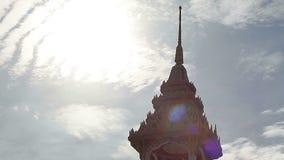 Tempio della Tailandia in cielo di mattina con sole archivi video