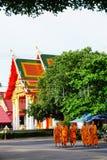 Tempio della Tailandia del lert di ja del phot del sok di pho di Wat con i monaci Fotografie Stock