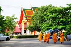 Tempio della Tailandia del lert di ja del phot del sok di pho di Wat con i monaci Fotografie Stock Libere da Diritti