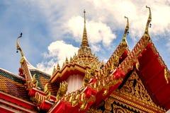 Tempio della Tailandia su un cielo nuvoloso con il sole Fotografia Stock