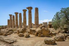 Tempio delle colonne del Dorian di Heracles nella valle delle tempie - Agrigento, Sicilia, Italia fotografia stock