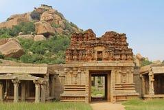Tempio di Achyuta Rayas circa la via del ` s della cortigiana - Sule Bazaar in Hampi, il Karnataka, India immagini stock libere da diritti
