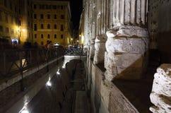 Tempio di Adriano en piazza di san Petro en la noche Fotos de archivo