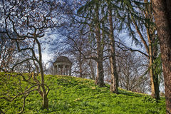 Tempio di Aeolus in primavera, giardini botanici reali, Kew, sito del patrimonio mondiale dell'Unesco, Londra, Inghilterra, Regno immagini stock libere da diritti