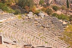 Tempio di Apollo ed il teatro all'oracolo di Delfi archeologico Immagini Stock