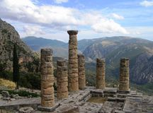 Tempio di Apollo nella città antica mistica di Delfi fotografie stock libere da diritti