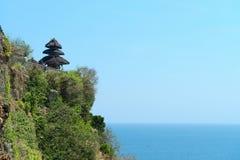 Tempio di balinese su roccia sopra il mare tropicale blu Fotografie Stock