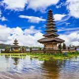 Tempio di balinese sul lago fotografie stock