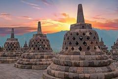 Tempio di Borobudur Buddist in isola Java Indonesia al tramonto fotografia stock